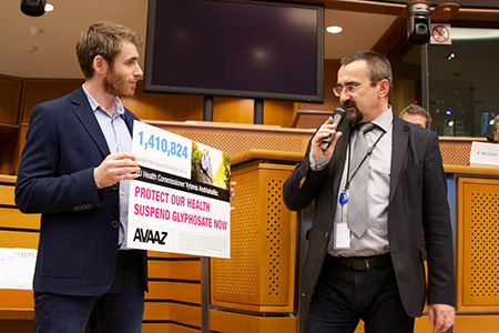Avaaz delivers glyphosate petition at the EU parliament